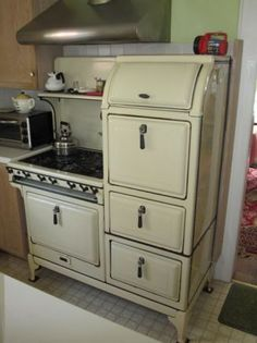 33 super ideas for vintage kitchen stove awesome Antique Kitchen Stoves, Antique Stove, Old Kitchen, Kitchen Items, Country Kitchen, Vintage Kitchen, Kitchen Decor, Kitchen Things, Vintage Appliances