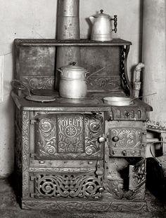 sunshine amazing old wood cooking stove Wood Stove Cooking, Kitchen Stove, Old Kitchen, Vintage Kitchen, Kitchen Wood, Design Kitchen, How To Antique Wood, Old Wood, Vintage Wood