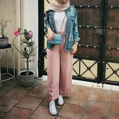 White tees, blush pants, denim jacket, white sneakers - Another! Modern Hijab Fashion, Street Hijab Fashion, Hijab Fashion Inspiration, Islamic Fashion, Muslim Fashion, Modest Fashion, Fashion Outfits, Hijab Casual, Hijab Chic