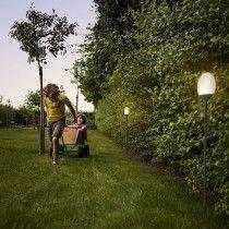 Verzichten auf externe Stromzufuhr: Solarleuchten wie die Phillips Blossom Pollerleuchte Golf Courses, Highlights, Patio, Sustainability, Lawn And Garden, Fairy Lights, Luminizer, Hair Highlights, Highlight