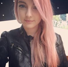 She's so pretty with her pink hair!! -xoxo