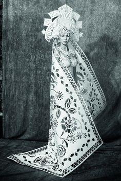 Думаю, имя Аси Козиной известно многим. Эта художница и мастер бумажной пластики талантлива невероятно. Около восьми лет Ася профессионально занимается вырезанием из бумаги и за это время обрела массу почитателей своего творчества. При создании своих работ Ася использует различные техники: фальцовку, вытынанку, склейку, вырубку, аппликацию, квиллинг.