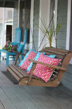 Porch pillow pizazz!!!! MOOIE SCHOMMEL  OP VERANDA  OF TUSSEN 2 BOMEN.