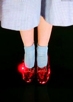 """Click you heels together three times. and say """"There's no place like home."""" - O Mágico de Oz Smileys, Wizard Of Oz 1939, Ella Enchanted, Dorothy Gale, Land Of Oz, Yellow Brick Road, Ruby Slippers, Judy Garland, Movie Gifs"""