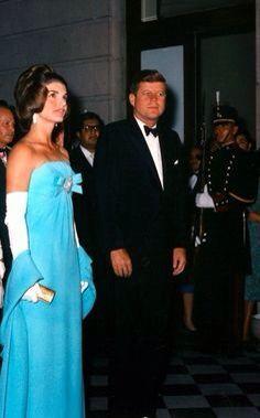 President JFK and Jackie Kennedy Jacqueline Kennedy Onassis, John Kennedy, Estilo Jackie Kennedy, Les Kennedy, Jaqueline Kennedy, Carolyn Bessette Kennedy, Grace Kelly, Glamour, Diana Vreeland