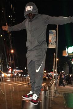 dab8f14c33a Kevin Hart - Posing in his rainproof running outfit on