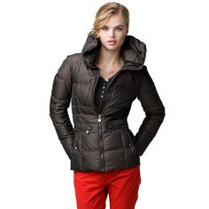 This down jacket stands out with a stylish, oversized collar. Regular fit that comes to the hips.
