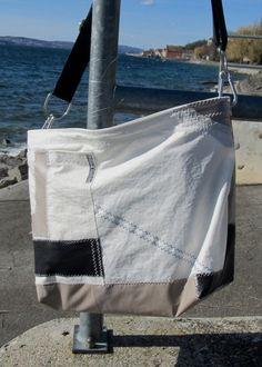 Kleine handgemachte Segeltuchtasche aus original Segeltuch, hergestellt in Meersburg am Bodensee.