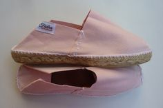 Espadrille classique modèle PINKY. Raffinée et tendance. Modèle en toile de coton basque à fond rose, élégant et rock and roll à la fois