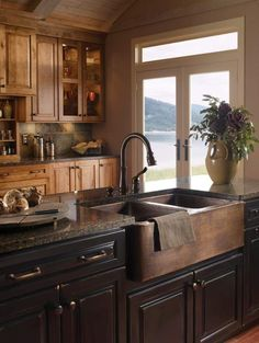 Farmhouse Sink Kitchen Farmhouse Sink – A Classic Look in Your Kitchen Farmhouse Sink Kitchen. A farmhouse sink is a great way to give your modern kitchen a down home country look without hav… Copper Farmhouse Sinks, Farmhouse Sink Kitchen, New Kitchen, Farmhouse Decor, Farmhouse Style, Copper Sinks, Country Style, Modern Farmhouse, Primitive Kitchen