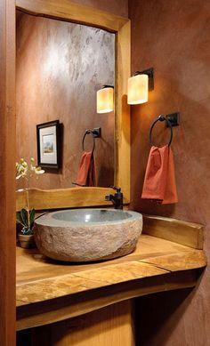 baño pequeño rústico, encimera de madera, lavabo de piedra, paredes de estuco …