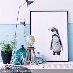 Mit seinem schwarz-weißen Outfit setzt der Pinguin grafische Akzente im maritimen Stillleben, das wir zur Abwechslung mal auf dem Fußboden arrangiert haben.…