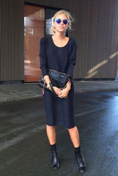 ラウンドネックのシックなデザインのドレス。黒のブーティー、上質なレザークラッチを合わせて大人の女性らしい着こなしを。ショッピングの帰り道に、そのままディナーにも行ける'きちんと感'のある着こなしです。