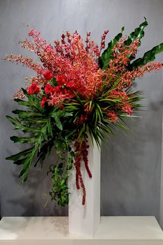 57 ideas flowers arrangements gift Best Picture For red Flowers Arrangements For Your Taste Hotel Flower Arrangements, Modern Floral Arrangements, Creative Flower Arrangements, Beautiful Flower Arrangements, Beautiful Flowers, Tropical Flowers, Large Flowers, Gift Flowers, Hotel Flowers