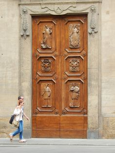 The couple walking past this #Florence doorway gives you a sense of its size