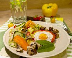 Paprika Spiegelei Ring Caprese Salad, Cobb Salad, Fett, Roast, Fresh, Red Peppers, Insalata Caprese