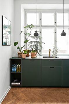 Une cuisine sans meuble haut devant une fenêtre