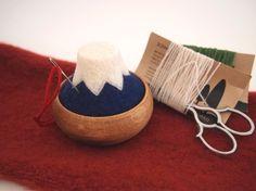 『 富士山の針山 』羊毛フェルトで、日本の富士山の針山(ピンクッション)を作りました。どこか温かみのある、木と羊毛の組み合わせ。お気に入りの道具になってもらえたら嬉しいです。富士山が好きな人へ外国の友人へのお土産へ手芸が好きな方へのプレゼントにもオススメです♪素材 :羊毛フェルト / 木〈ブナ〉サイズ :高さ5㎝位 横幅8㎝位 (木製器含む)ひとつひとつ手作業で制作していますので、又、天然の木の器の為、1つ1つ多少の違いがあります。ご理解の上お買い求めくださいませ。 Felting, Straw Bag, Crafts, Bags, Handbags, Manualidades, Felt Fabric, Handmade Crafts, Craft
