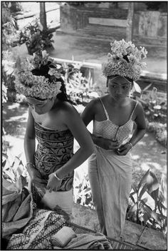 Photographer Henri Cartier-Bresson captured this scene depicting preparations for the Baris Dance by two young female dancers in the town of Ubud, Indonesia in Magnum Photos, Henri Matisse, Vintage Photographs, Vintage Photos, Old Photos, Candid Photography, Street Photography, Social Photography, Henri Cartier Bresson Photos