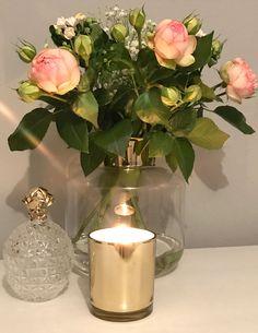 Rosen in toller Vase Rosa Rose, Glass Vase, Table Decorations, Flowers, Home Decor, Beautiful Flowers, Living Room Ideas, Decorating Ideas, Dekoration