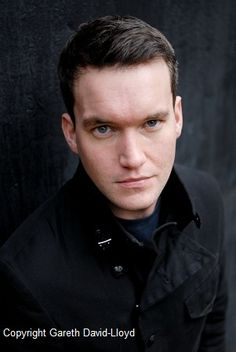 T_T I just saw the Torchwood episode where Ianto Jones died .* that character, so well-played by Gareth David-Lloyd, pretty boy. Hot Actors, Actors & Actresses, Gareth David Lloyd, Captain Jack Harkness, Black Comics, John Barrowman, Brand New Day, Doctor Who Tardis, Nerd Love
