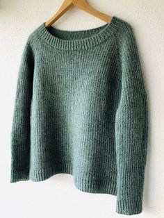 · The combination of yarns shows this unique color I had in my mind for such a soft and cozy, classic top-down raglan sweater. And I just love the simple slip stitch pattern creating a nice grip… Knitting Machine Patterns, Sweater Knitting Patterns, Knit Patterns, Hand Knitting, Diy Pullover, Pullover Sweaters, Hand Knitted Sweaters, Green Pattern, Knit Or Crochet