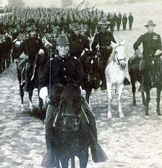 Us Cavalry officers on horseback. Ahh, men always looks so good in uniform! Sigh.