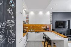 W mieszkaniu o powierzchni 40 m kw. na warszawskim Bemowie, znajduje się aneks kuchenny połączony z salonem. Zaprojektowała go Marta Kramkowska z pracowni KRAMKOWSKA | PRACOWNIA WNĘTRZ.