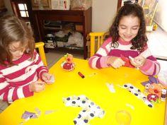 Ensinando artesanato para as pequenas