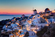 Santorini, memiliki nuansa biru dan putih, dikenal sebagai destinasi wisata romantis.