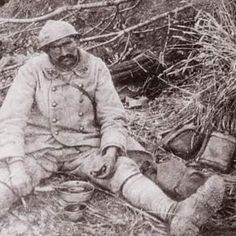 May 1916 - Exhausted French soldier at Verdun. Via 20/20 Hindsight (@prchovanec_hist) | Twitter.  Mai 1916 - Épuisé soldat français à Verdun. Via 20/20 Hindsight (@prchovanec_hist) | Gazouillement