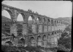 Catalunya 1900, Pont del Diable (Acueducte de les Ferreres)  L'Aqüeducte de les Ferreres(també anomenatPont del Diable) és un pontaqüeducteromà aixecat entre els costats delbarranc dels Arcsal terme deTarragona, que duia aigua del riuFrancolía l'antiga ciutat deTàrraco. És un dels aqüeductes més monumentals i ben conservats de l'època romana i el més important deCatalunya.[1]La seva gestió depèn delMuseu d'Història de Tarragona.[2]  ThePont de les Ferreres(C