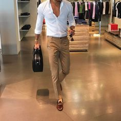 Royal Fashionsit is the best Men's Fashion Guide. Here you will find the latest trends on men's style. Get inspired with these outfits and leave your comment below. Formal Men Outfit, Men Formal, Best Mens Fashion, Mens Fashion Suits, Style Masculin, Men With Street Style, Herren Outfit, Men Casual, Stylish Men