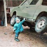 Images Gamin soulève la voiture à une main Images drôles Photos Enfant sur Humour.com