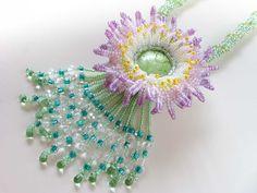 エキゾチックな大輪花のネックレス