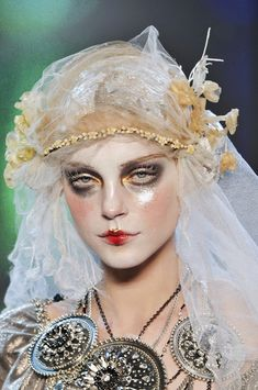 John Galliano at Paris Fashion Week Fall 2009 - Details Runway Photos John Galliano, Galliano Dior, Make Up Looks, Makeup Inspo, Makeup Inspiration, Trendy Fashion, Runway Fashion, Paris Fashion, La Pieta