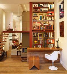 O charme dessa casa está nos objetos e lembranças dispostos por todos os cantos.