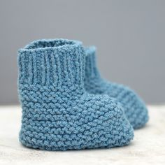 Easy Stay On Baby Booties Knitting Pattern - Gina Michele Baby Booties Knitting Pattern, Poncho Knitting Patterns, Crochet Baby Booties, Easy Knitting, Knit Patterns, Baby Patterns, Crochet Baby Blanket Beginner, Baby Bootees, Knit Baby Sweaters