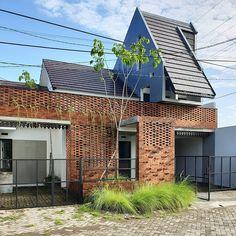 Pagi yg cerah #gursijistudio #indonesianarchitect #indonesianarchitecture Brick Ranch House Plans, Brick Ranch Houses, House Plan With Loft, Tiny House Plans, House Roof, Facade House, Urban House, Townhouse Designs, Village House Design