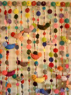 O fuxico é uma técnica de artesanato desenvolvida na região nordeste do Brasil, que consiste na união de pequenos pedaços de tecido de formato redondo, que