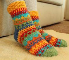 Pia Tuonosen neuleohjeet: Väri-ilottelua sukissa