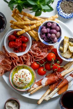 Antipasto platter for easy entertaining and easy to make gluten free or low carb. Antipasto Recipes, Antipasto Platter, Tapas, Italian Starters, Italian Antipasto, Brunch, Appetizers For Party, Cold Appetizers, Italian Appetizers Easy