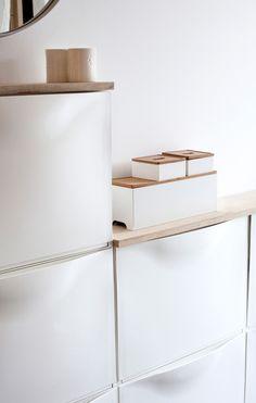 Skoskabe fra Ikea monteret i et asymmetrisk forløb på væggen i entreen. Afrundet ovenpå med krydsfiner, der fungerer som hylder og giver en flot finish.<br />Foto: Hanne Gabel Christensen<br />