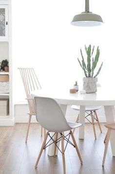 If you want to add a special touch to your Scandinavian dining room lighting design, you have to read this article that is filled with unique tips. Dining Room Design, Dining Room Table, Dining Set, Dining Rooms, Chaise Dsw, Dinner Room, Dining Room Inspiration, Dining Room Lighting, Scandinavian Interior