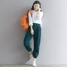 The Best 15 Best Women Corduroy Pants Style Ideas For Your Holiday The style of corduroy pants has become a trend again today after being able to succeed in the and After that, his popularity declined and the. Harem Trousers, Corduroy Pants, England Fashion, Pleated Pants, Other Outfits, Retro Look, Printed Blouse, Fashion Pants, Wide Leg Pants