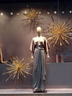 ⓔⓣⓒ more window display Fashion Window Display, Window Display Design, Store Window Displays, Retail Displays, Christmas Windows, Christmas Store, Christmas Window Display Retail, Xmas, Visual Merchandising Displays