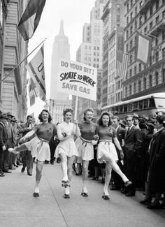 Skate To Work - save gas! - How cool it would be if work was close enough to skate to! Vintage Pictures, Old Pictures, Old Photos, Photo Vintage, Vintage Love, Vintage Girls, Roller Derby, Roller Skating, Roller Disco
