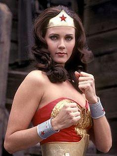 Lynda Carter, la recordada mujer maravilla de los 70s, y probablemente la más hermosa de la historia. Wonder Woman 2011, 9 pasos para cancelar la serie que todos querían ver.