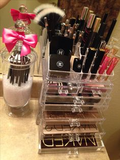 Acrylic make-up organizer.I just can't seem to get enough of this acrylic stuff! All Things Beauty, Beauty Make Up, Girly Things, Make Up Organizer, Make Up Storage, Love Makeup, Makeup Tips, Clean Makeup, Makeup Geek