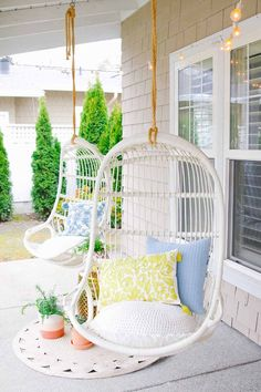 Stylish front porch updates for spring. Check out how we updated our front porch with fun colors and prints for spring. Decor, Living Room Color Schemes, House With Porch, Spring Decor, Decorating On A Budget, Porch Decorating, Spring Home Decor, Home Decor, Decorating Your Home